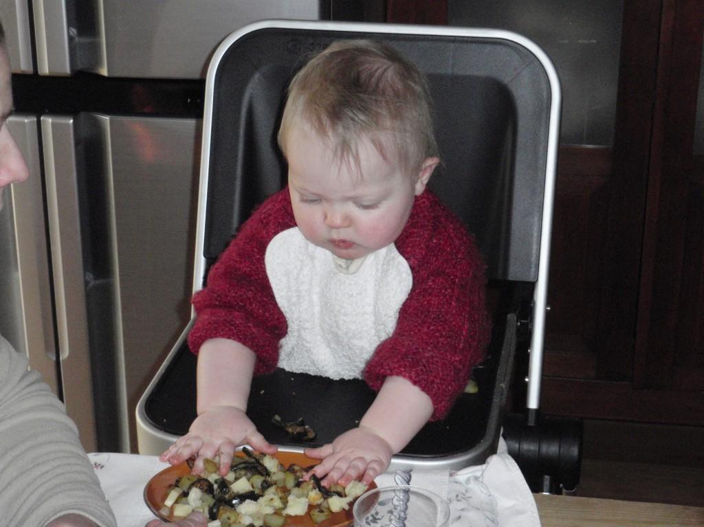 Bambina procede a svezzarsi da sola mangiando la pasta