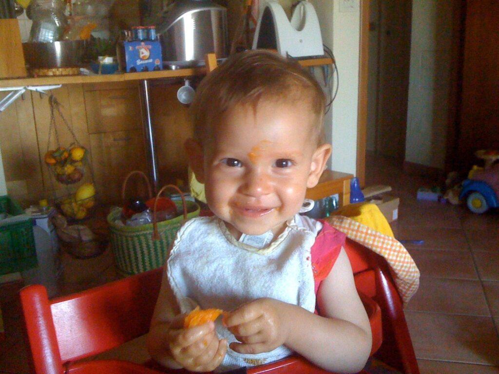 Bambina di un anno che si svezza da sola