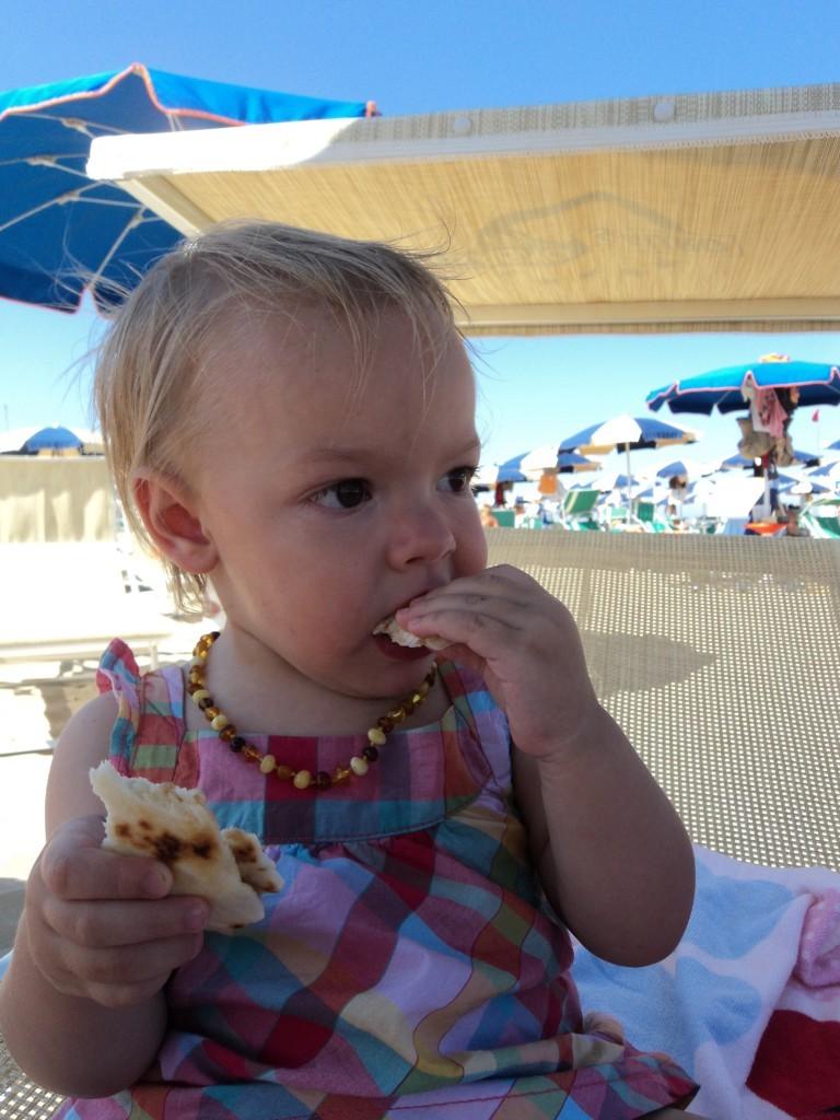 Bambina che fa autosvezzamento con panino