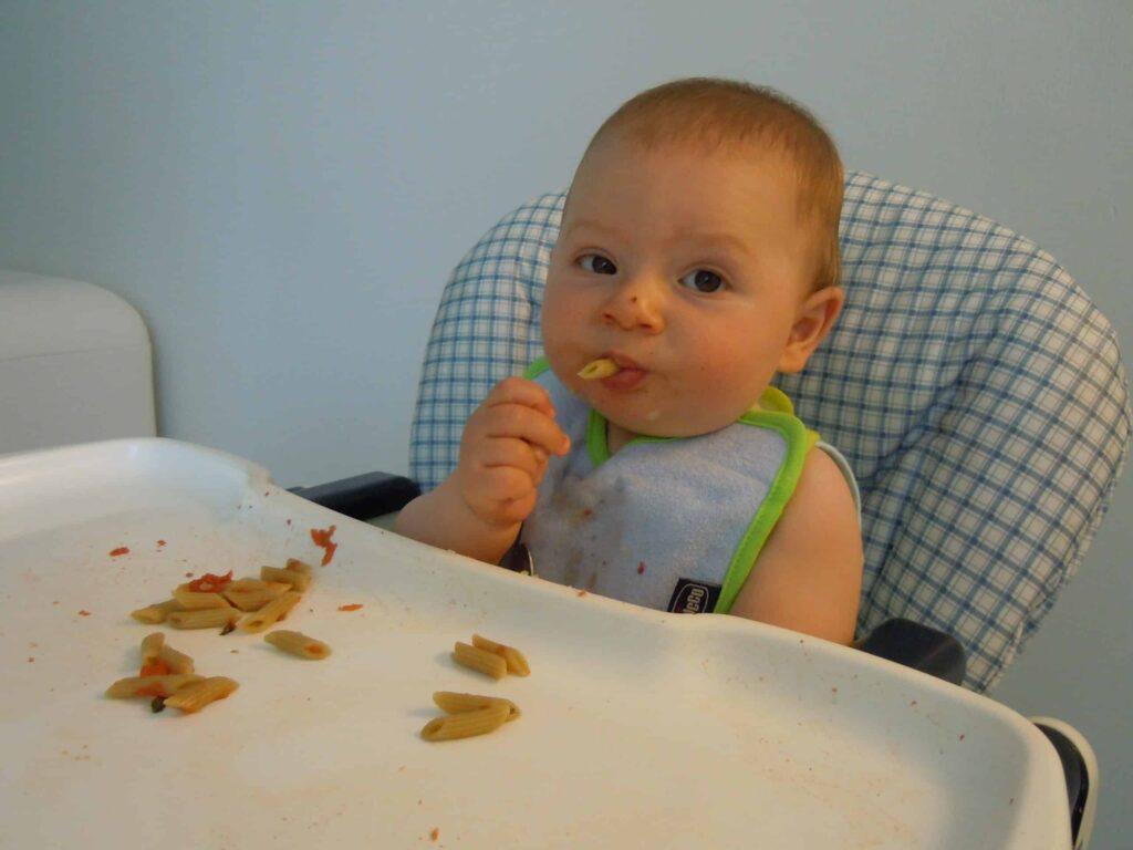 Bambino, 7 mesi, autosvezzante mangia la pasta