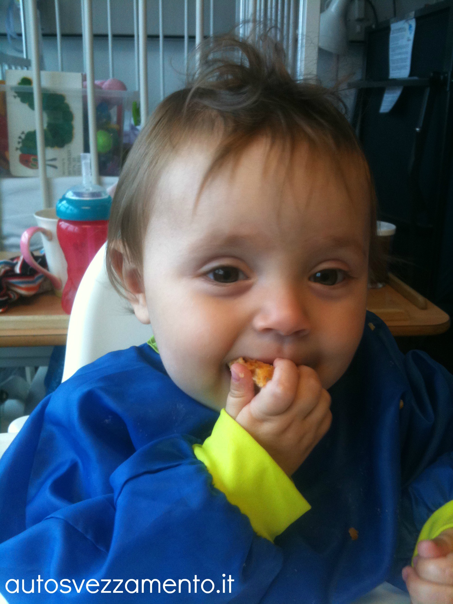 Bambina mangia da sola
