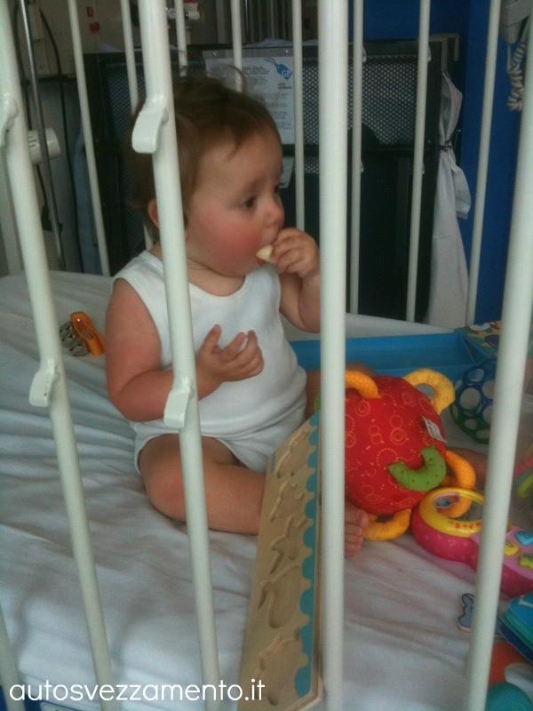 Bambina mangia da sola a 11 mesi