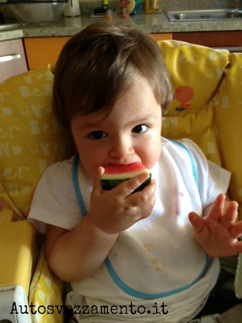 Bambina, un anno, mangia il cocomero autosvezzamento
