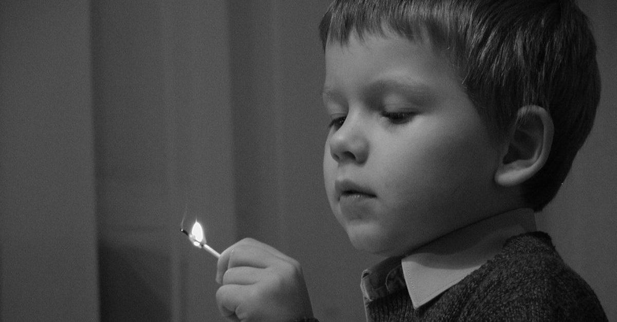 Bambino gioca con il fuoco - l'autosvezzamento è simile?