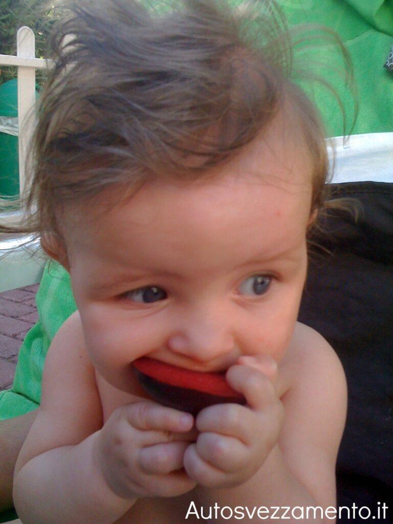 Bambino fa autosvezzamento mangia da solo la susina