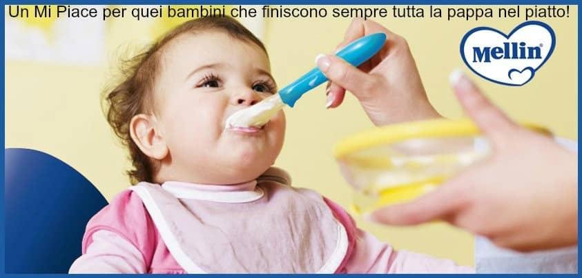 bambino imboccato mangia la pappa - autosvezzamento