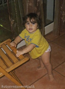 Bambina impara a camminare, autosvezzamento