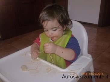 Bambina autosvezzata
