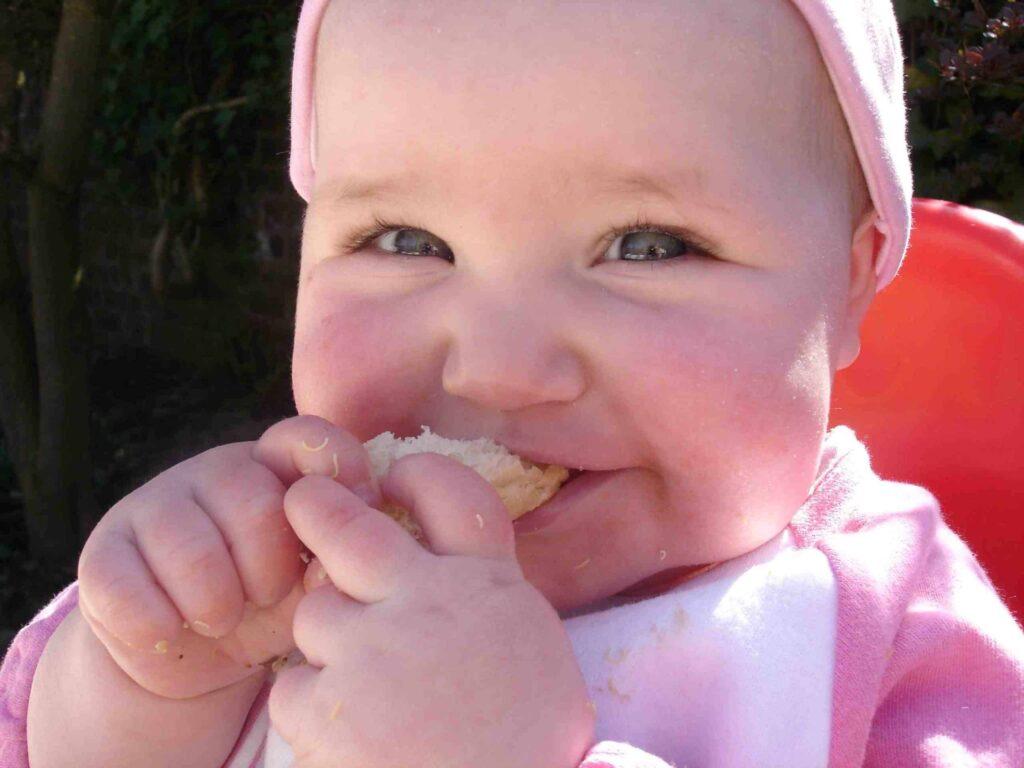 Bambina autosvezzata mangia il pane
