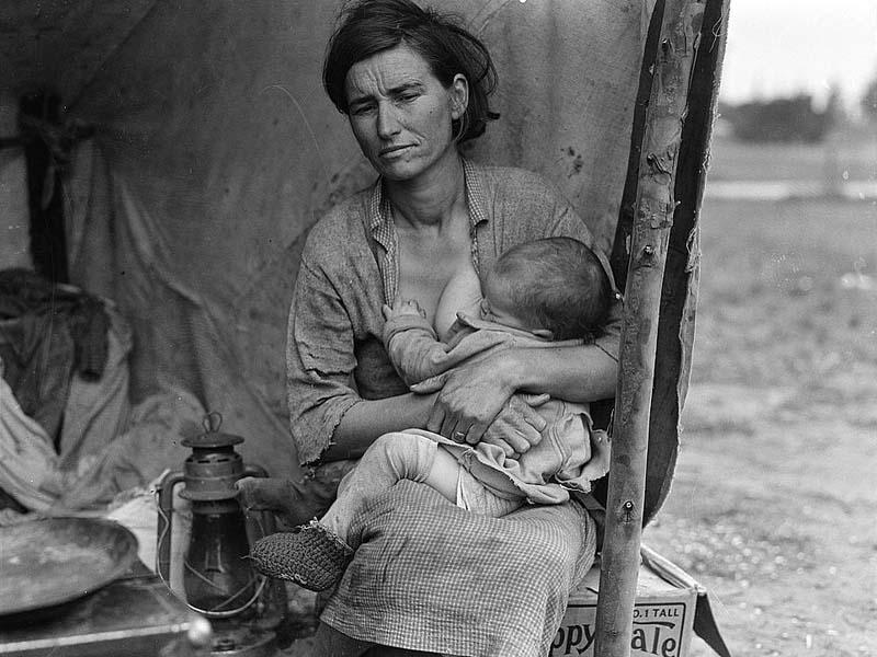 Donna emigrante allatta