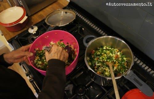 Verdure mescolate prima di cuocere il minestrone